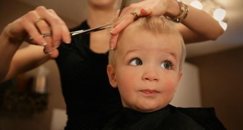中级育婴师培训多少钱:宝宝剃光头会让头发长的更好吗?